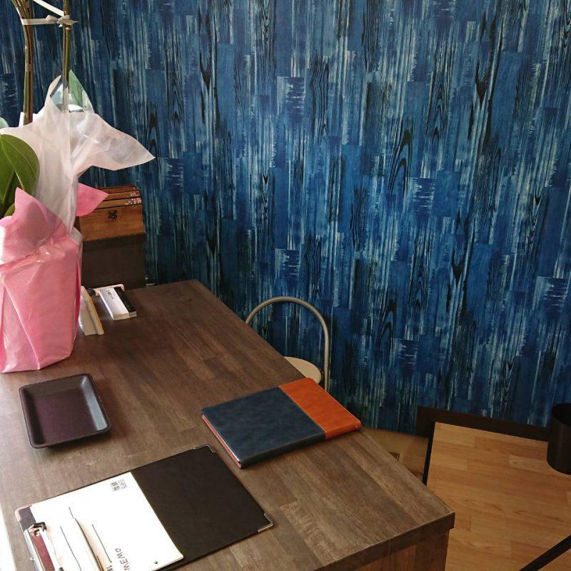 イメージカラーの青と茶色を基調とした店内カウンター